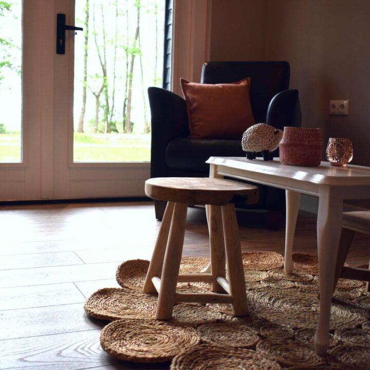 Salontafel met een krukje en fauteuil