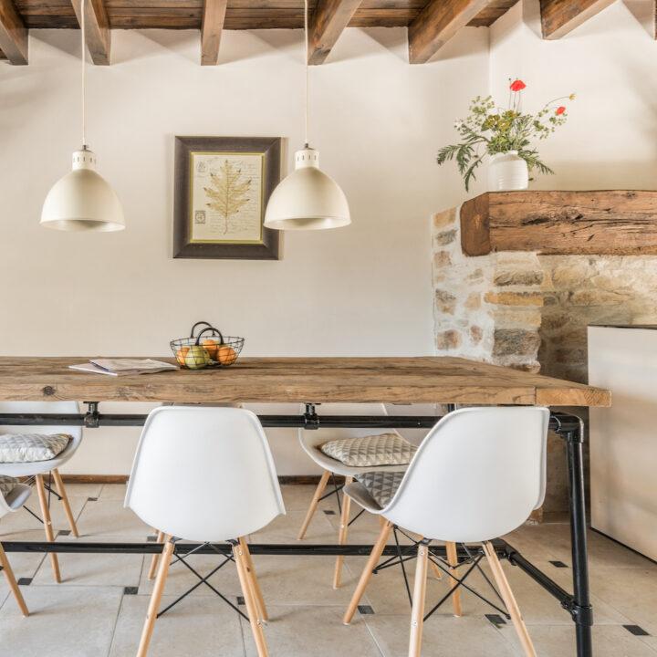 Eettafel met twee hanglampen erboven