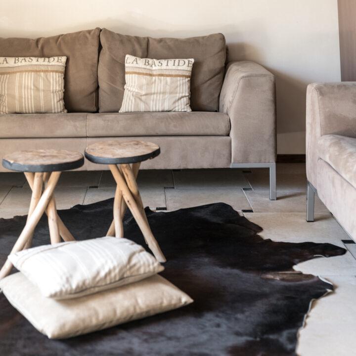 Zithoek met ronde houten tafeltjes en kussens op de grond