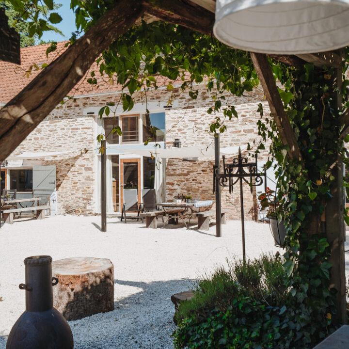 Zicht op het terras van een van de vakantiehuizen van La Bastide