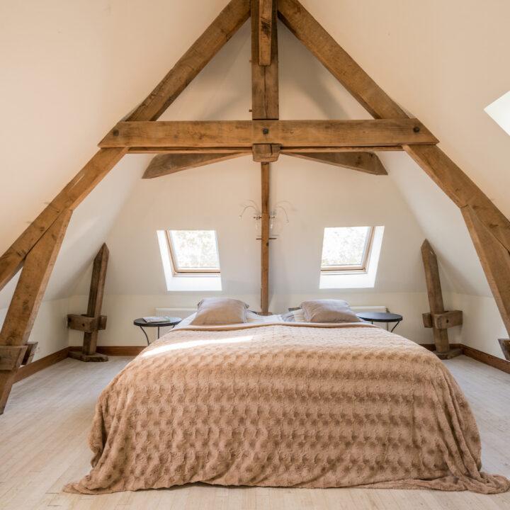Slaapkamer met beige sprei in het vakantiehuis van La Bastide
