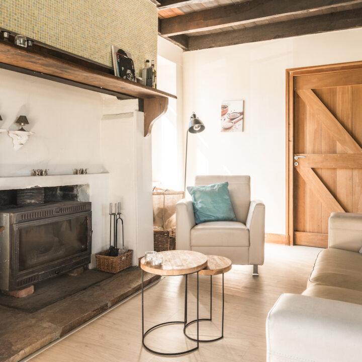 Haard en zithoek in het vakantiehuis van La Bastide