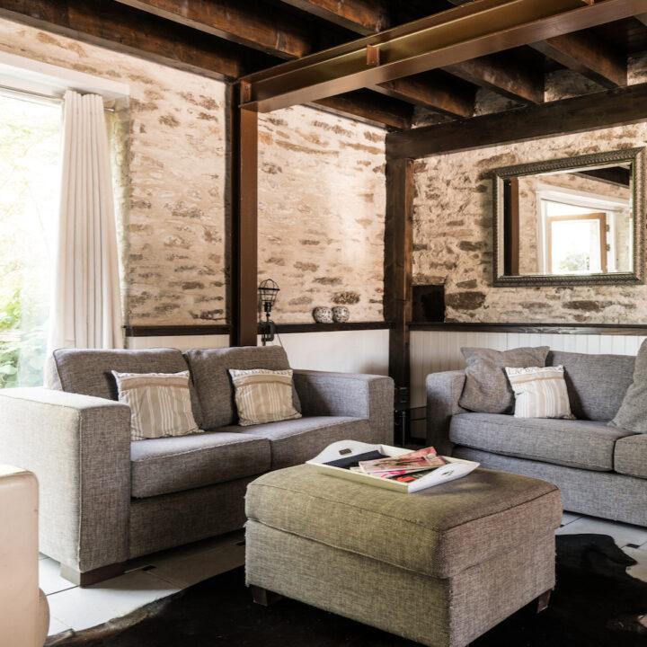Grijze zitbanken in het vakantiehuis bij La Bastide
