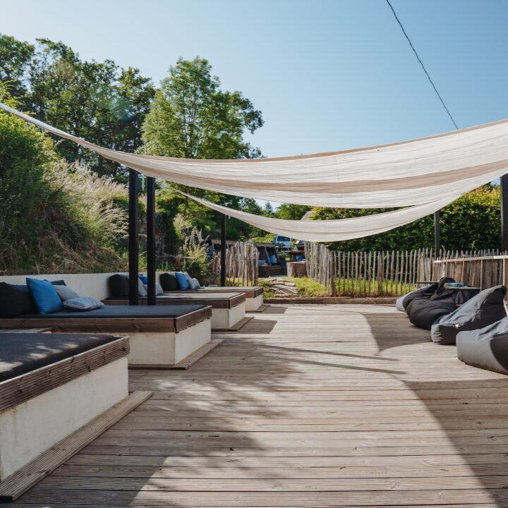 Loungebanken met schaduwdoeken erboven