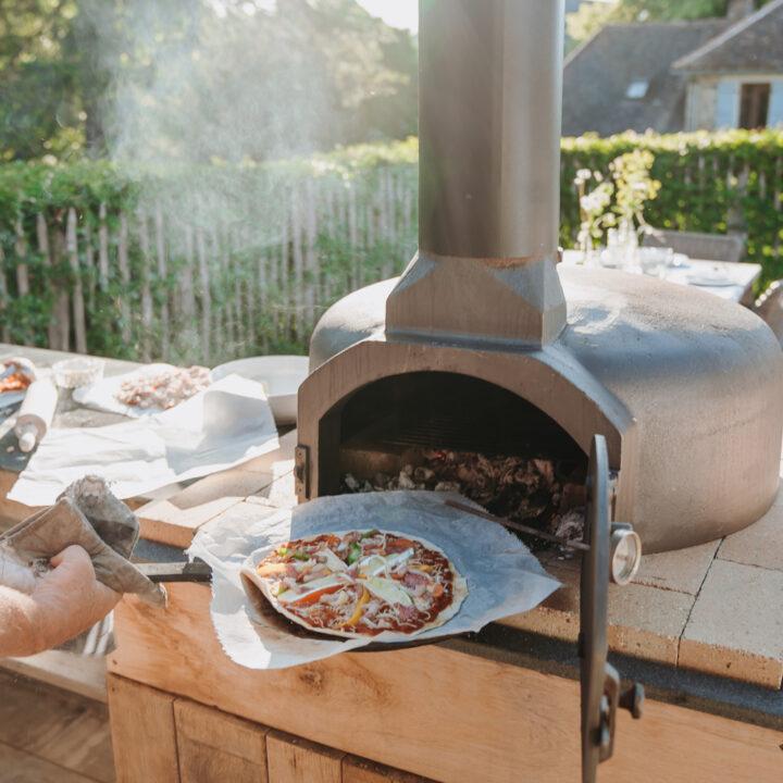 Pizza in de oven voor de gasten