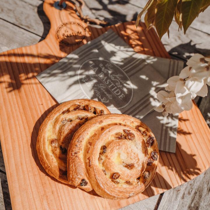 Kaneelbroodjes op een plank in de zon