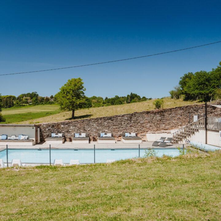 Zwembad met loungebanken in Frankrijk
