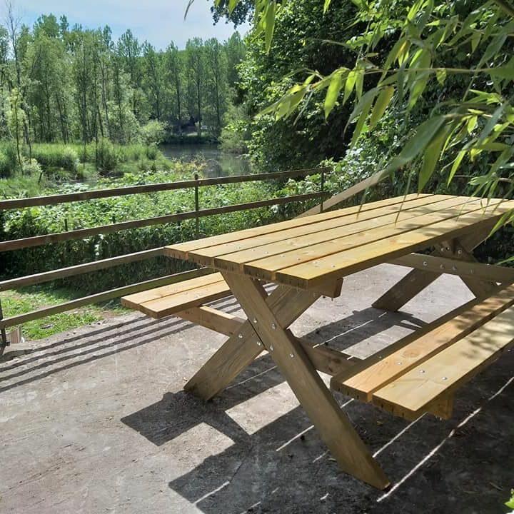 Picknicktafel op het terras van het vakantiehuis in Durbuy