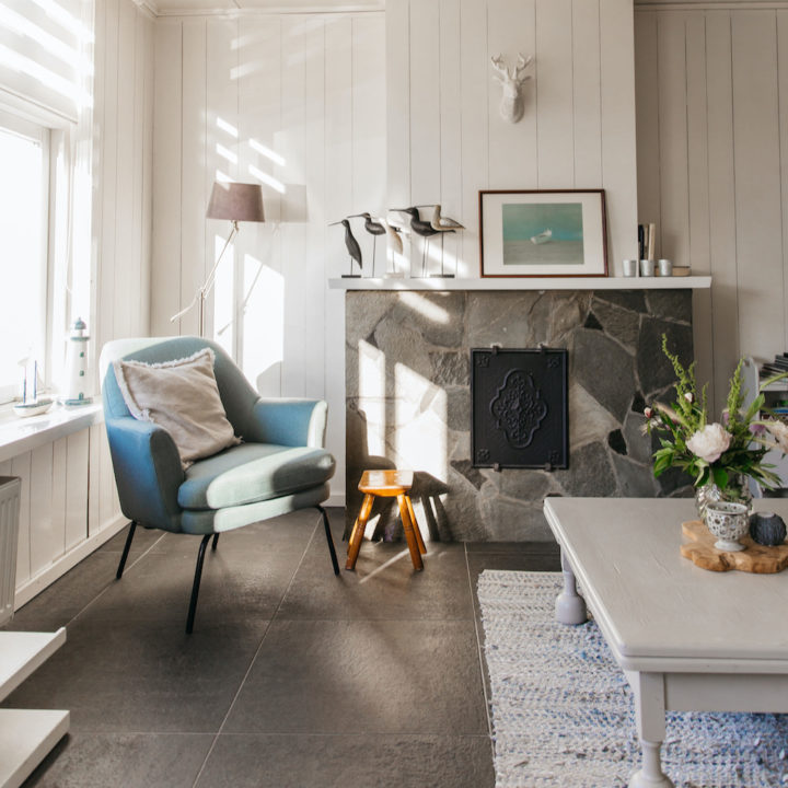 Fauteuil in de woonkamer van een vakantiehuis in Zeeland