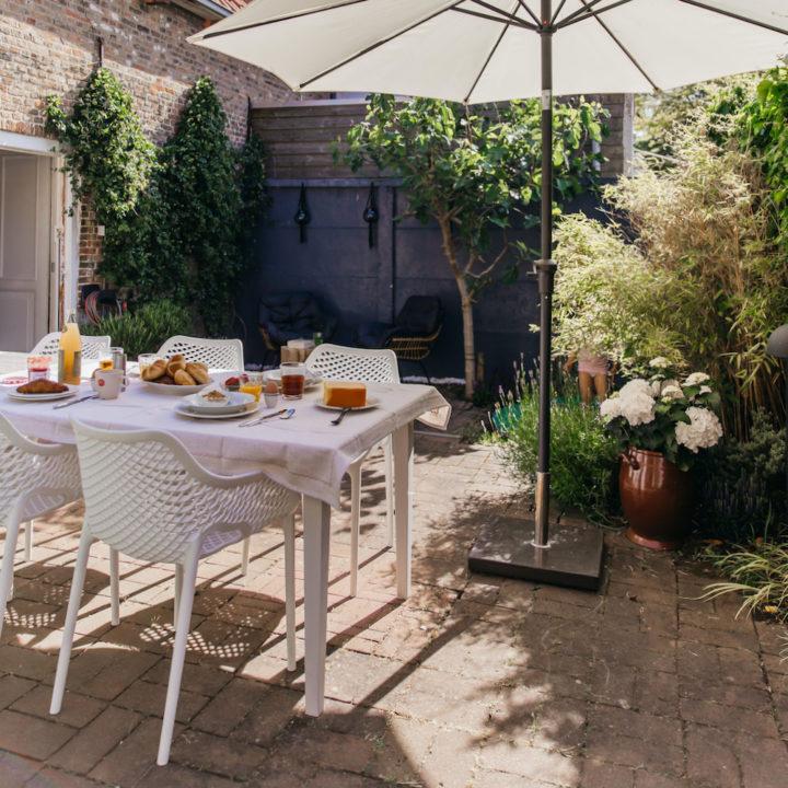 Gedekte tafel in de tuin bij een vakantiehuis
