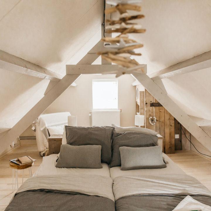 Bedden op een slaapzolder in een vakantiehuis