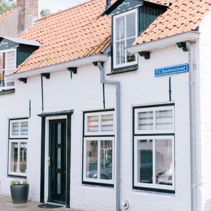Wit vakantiehuisje in Zeeland