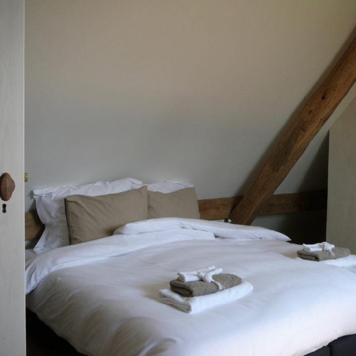 Luxe opgemaakt bed in het appartement in Brabant