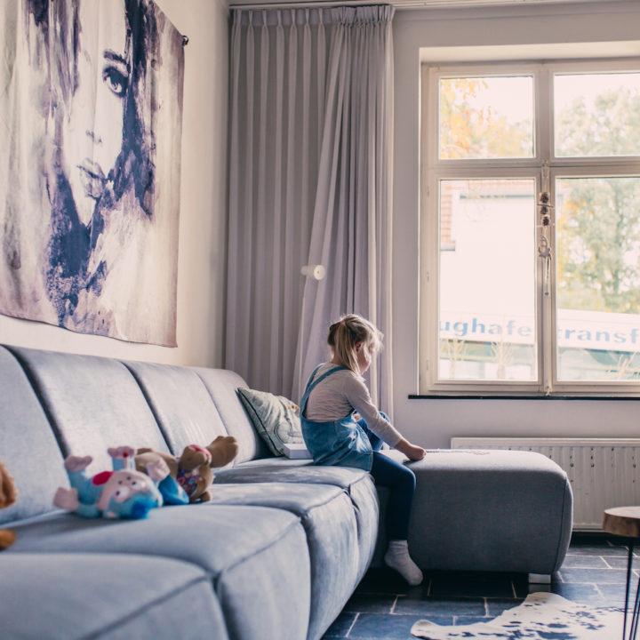Grijze bank in een vakantiehuis in Limburg