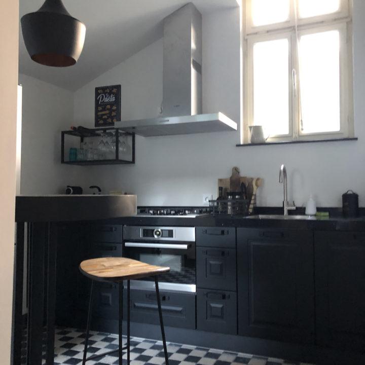 Zwarte keuken in een vakantiehuis in Limburg
