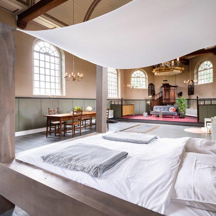Tweepersoons bed in een kerk