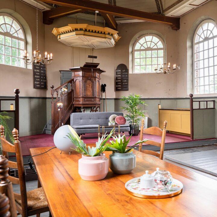 Tafel en zithoek in een vakantiehuis in een kerk