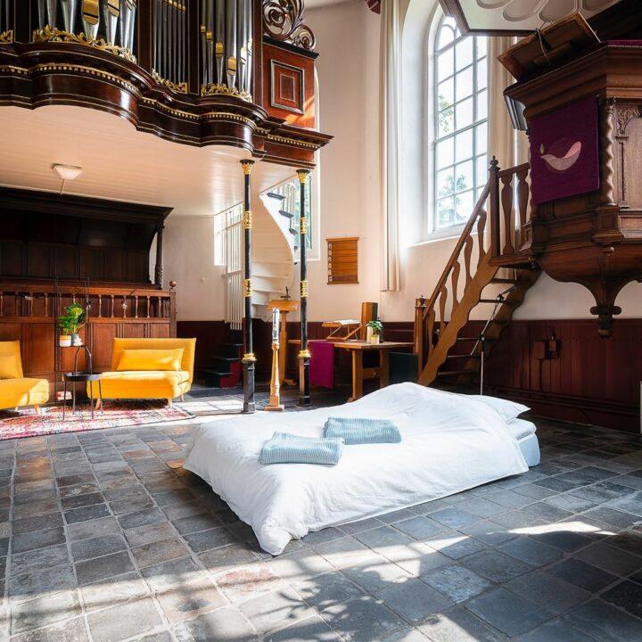 Bed op de grond onder de preekstoel