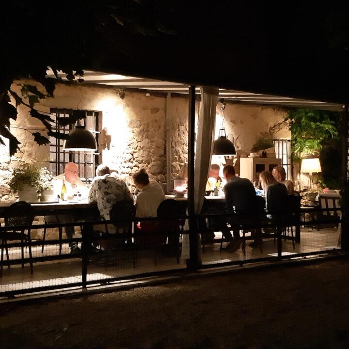 Meerdere keren per week serveren Henk en Helen een viergangen maaltijd, met verse producten uit de streek.