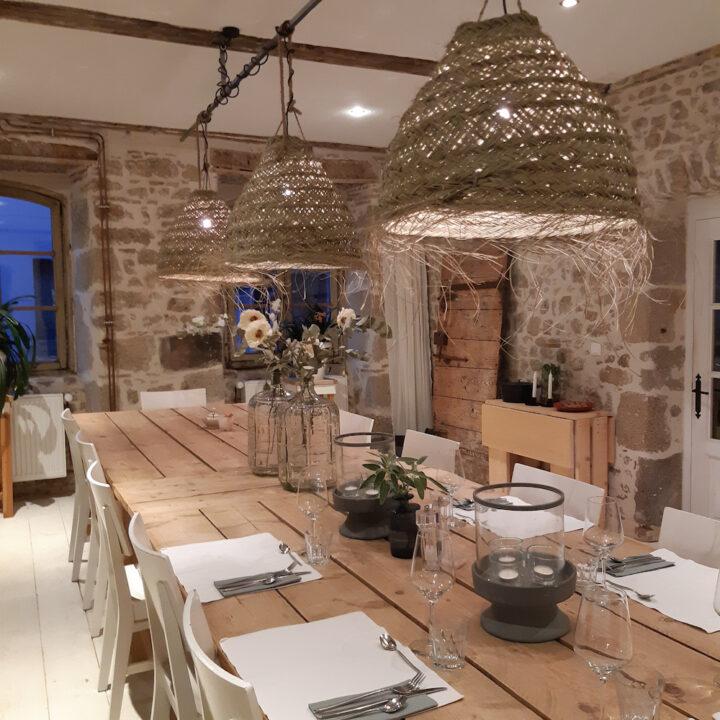 De authentieke elementen aangevuld met een sobere nieuw landelijke inrichting en eigentijdse luxe zorgen voor een makkelijke, warme en prettige sfeer.