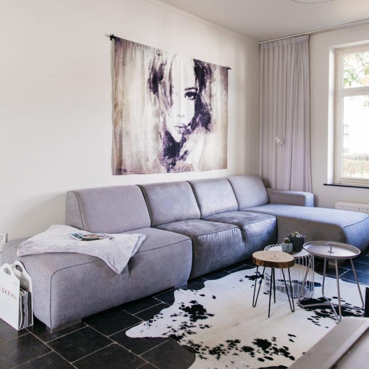 Zithoek met grijze loungebank bij Vakantiehuis Buitenlust