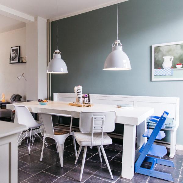 Witte grote eettafel met witte kerkbank en verschillende stoelen bij Vakantiehuis Buitenlust