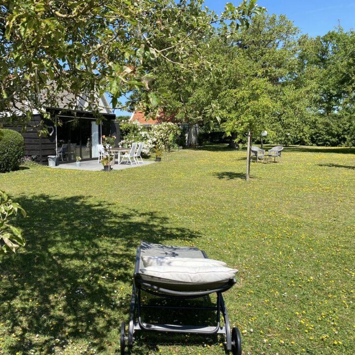 Rondom het bakhuisje en de tuinkamer ligt een ruime tuin.