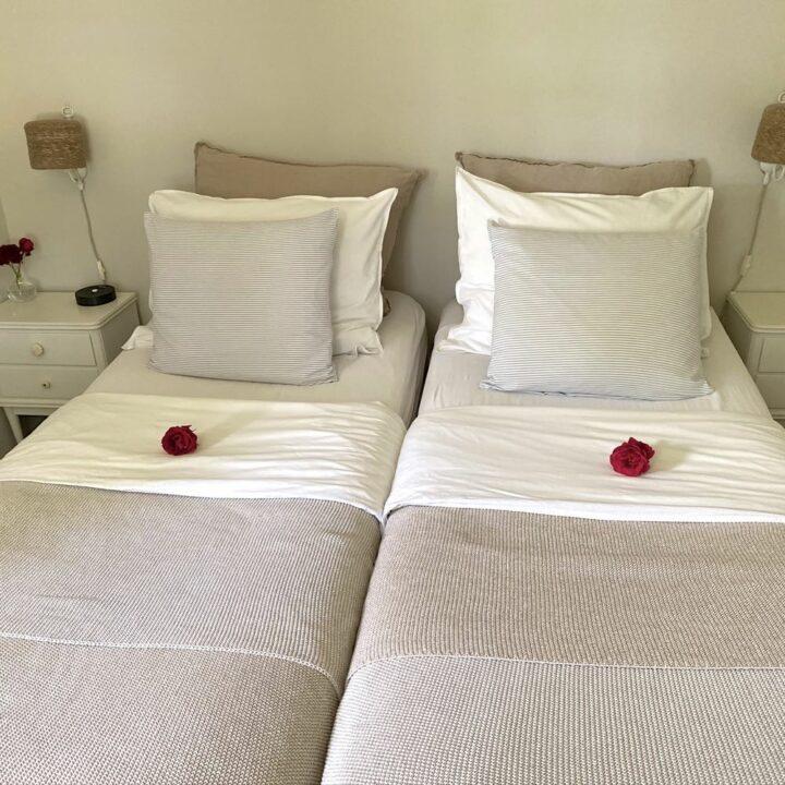 Een comfortabel bed met oud-Hollands bedlinnen.