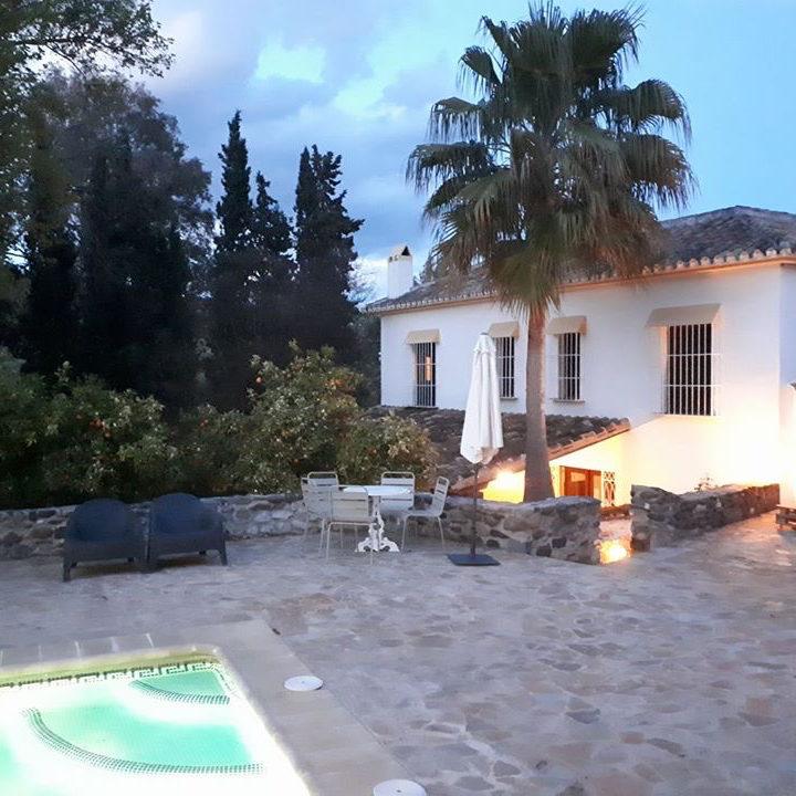 Wit Spaans hotel met zwembad in Andalusië