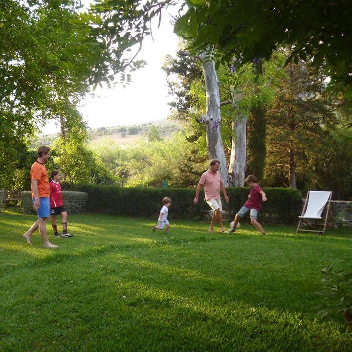 Voetballen op het gras bij het hotel