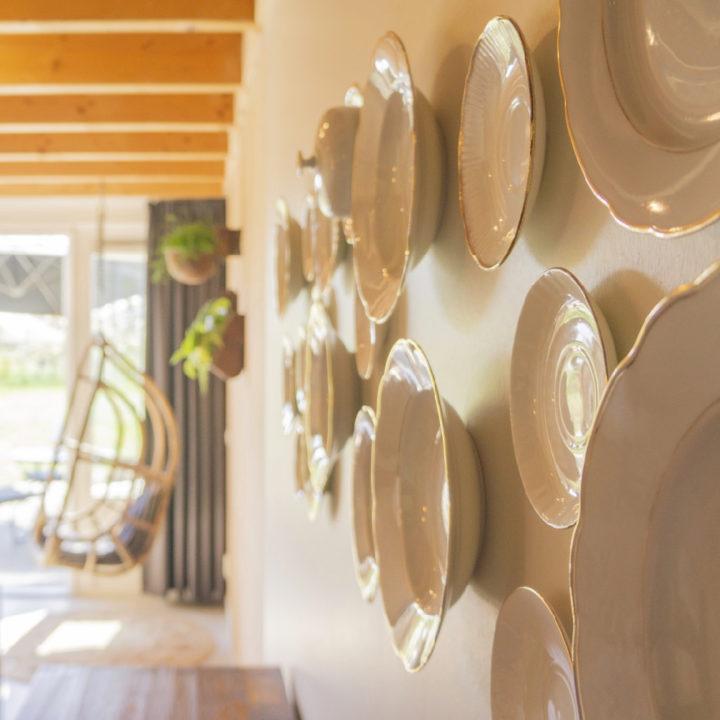 Witte porseleinen bordjes aan de muur