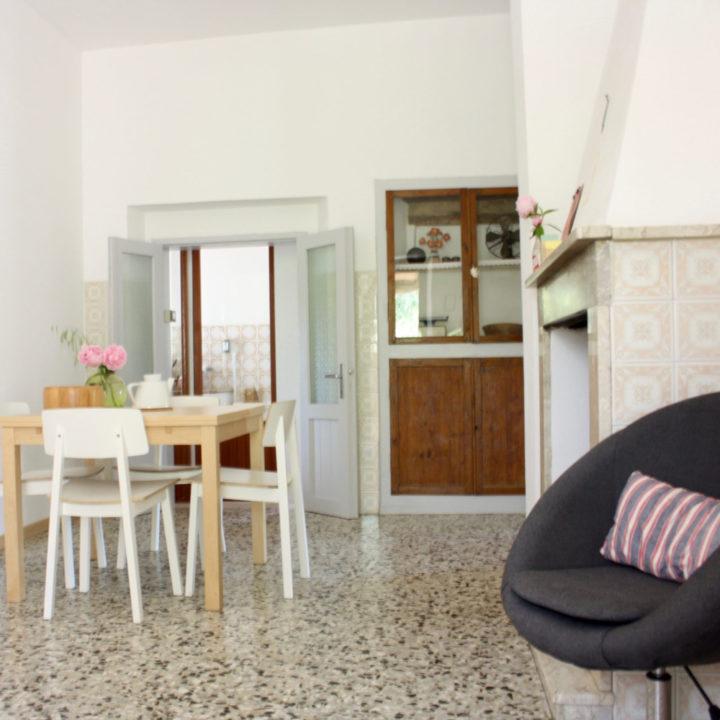 Eettafel in een appartement voor vakantiegangers in de Marken