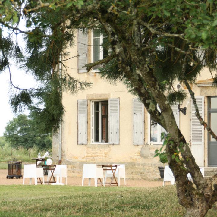 Witte design stoelen voor het landhuis op Domaine de Savigny