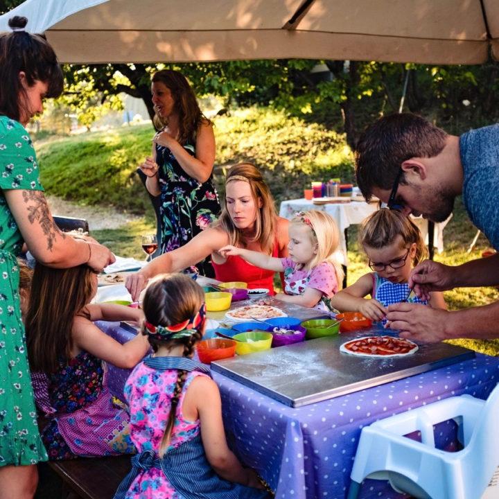 Kinderen aan tafel met pizza