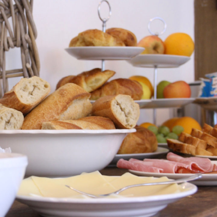 Croissants, ham en kaas, fruit en stokbrood