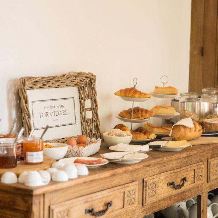 Blank houten sidetable met een ontbijtbuffet