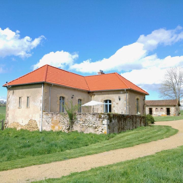 De gite van Domaine de Savigny met oranje dak en terras