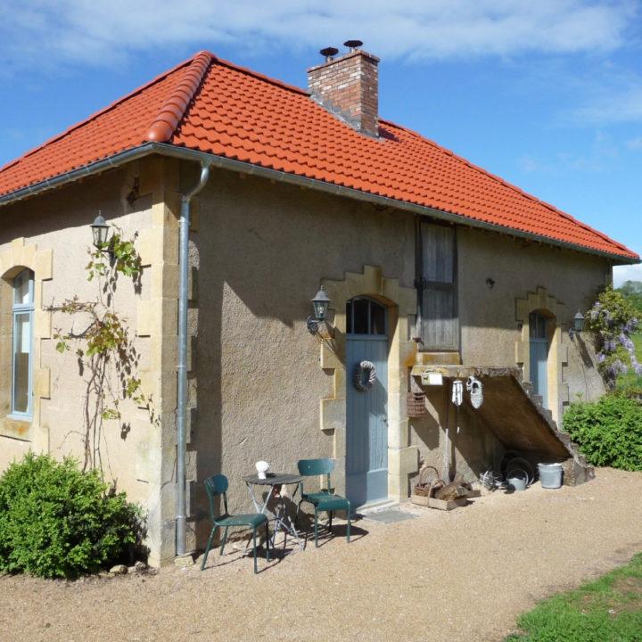Vakantiehuis met oranje pannendak en blauwe kozijnen en deuren
