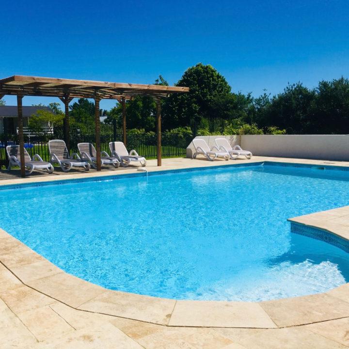 Zwembad met ligstoelen in het zuiden van Frankrijk