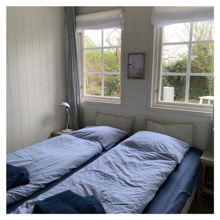 De tweepersoons slaapkamer op de begane grond.