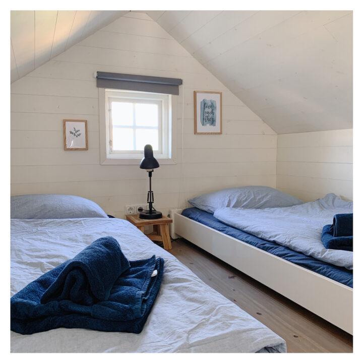 Tegenover slaapzolder Zand ligt slaapzolder Zee met twee eenpersoons bedden.