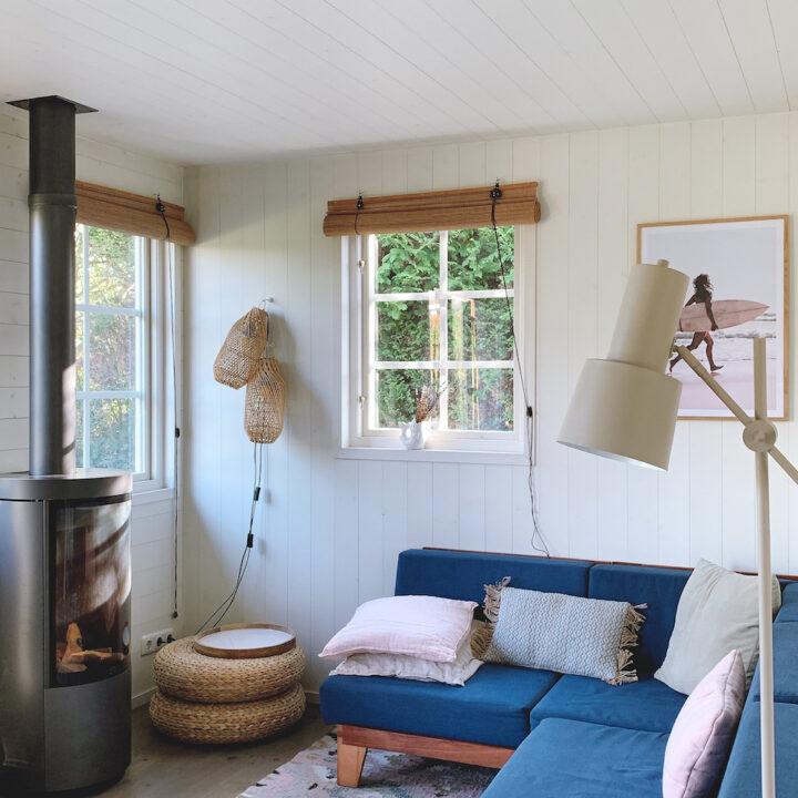 De knusse woonkamer van het Huisje van Hout, met lekkere bank en gaskachel in de hoek die zorgt voor sfeer en warmte.