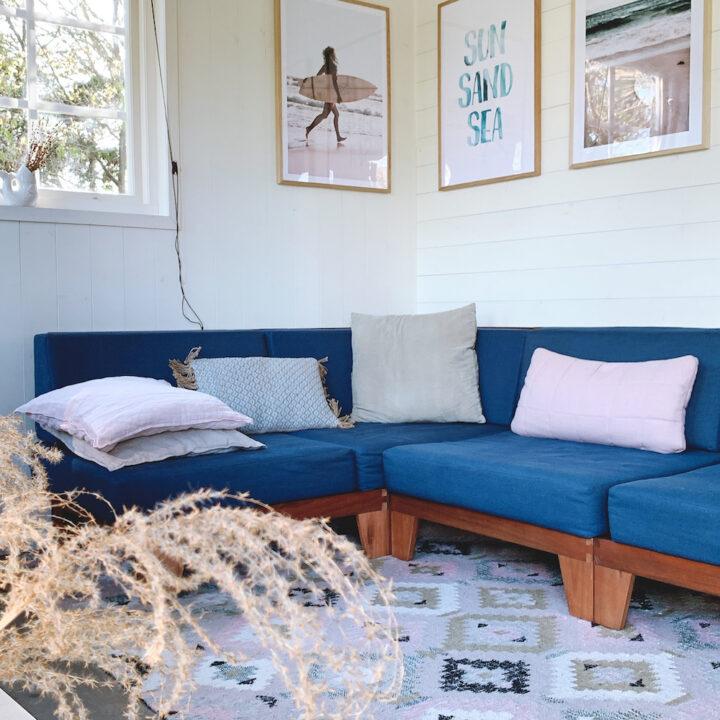 Zithoek met blauwe bank en luchtige sfeer in het vakantiehuis