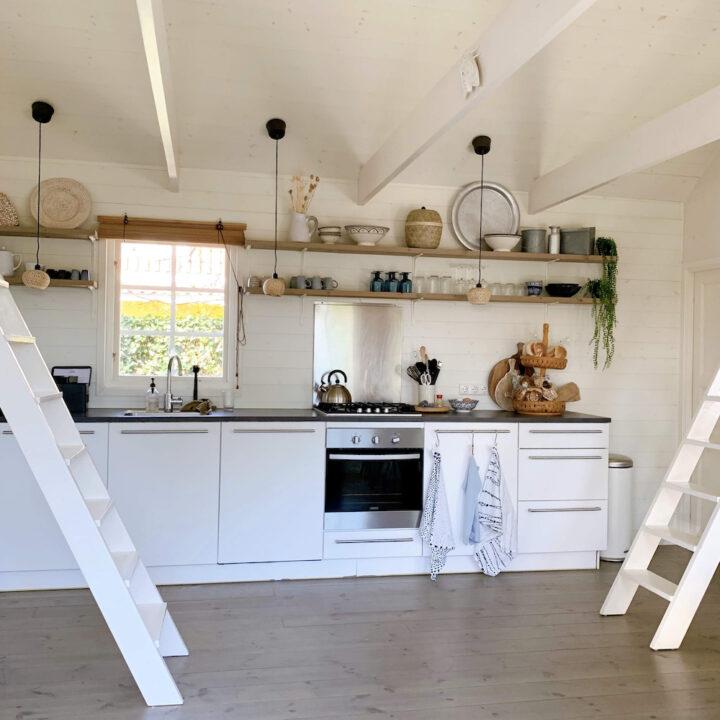 De keuken is voorzien van een afwasmachine. Voor de keuken de trap naar de slaapzolders.