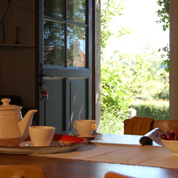 Ontbijt met een openstaande deur naar de tuin