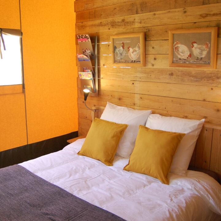 Comfortabel opgemaakt bed in de safaritent