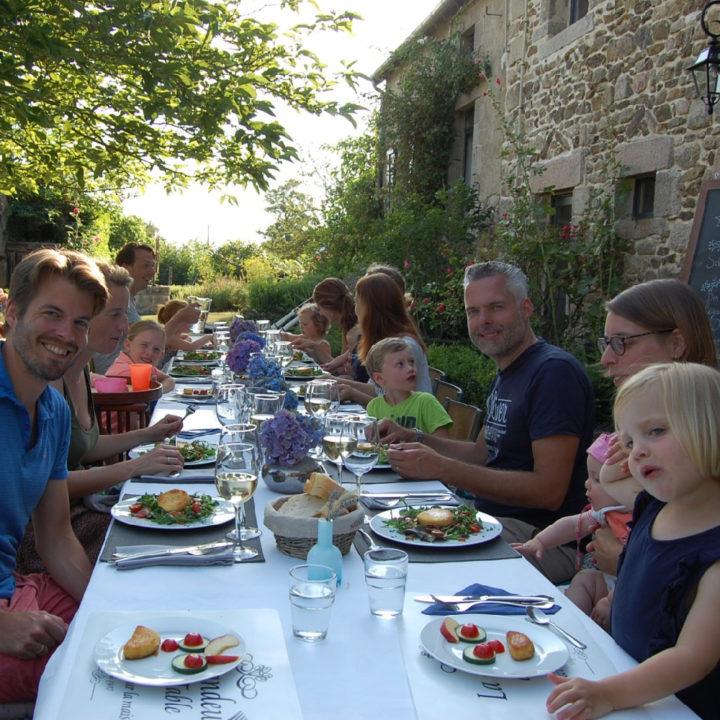 Lange tafel met gasten, samen buiten eten