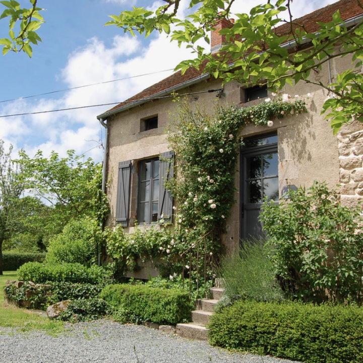 Gevel van Frans huis, met grijze deur en grijze luiken