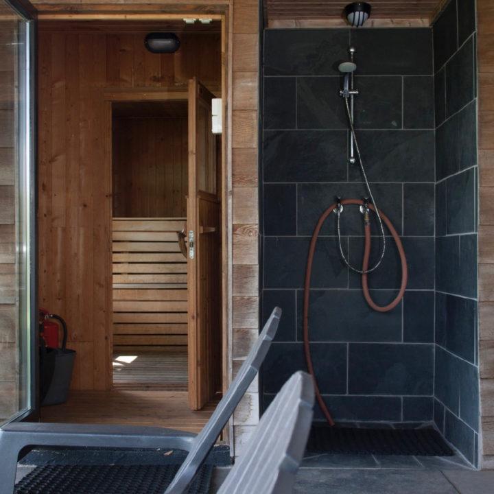 Sauna met douche en ligstoelen