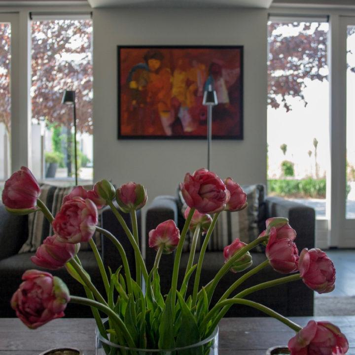 Tulpen in een vaas in de woonkamer van het vakantiehuis